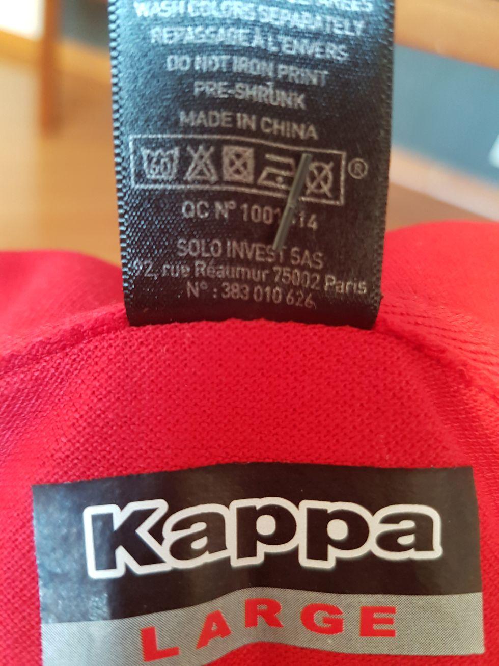 Așa arată tricoul roșu oficial. Pe eticheta lui se vede firma Sols, dar ele sunt prezentate prin lipire la cald drept Kappa