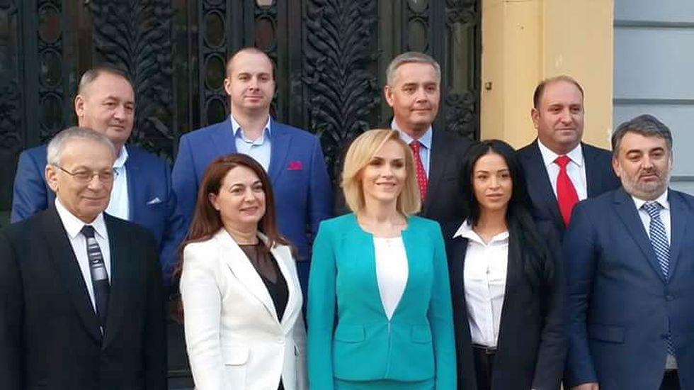 Gabriel Botnariu, al treilea pe rândul de sus, de la stânga la dreapta, și Gabriela Firea, în verde, alături de candidații PSD Ilfov la alegerile de duminica trecută
