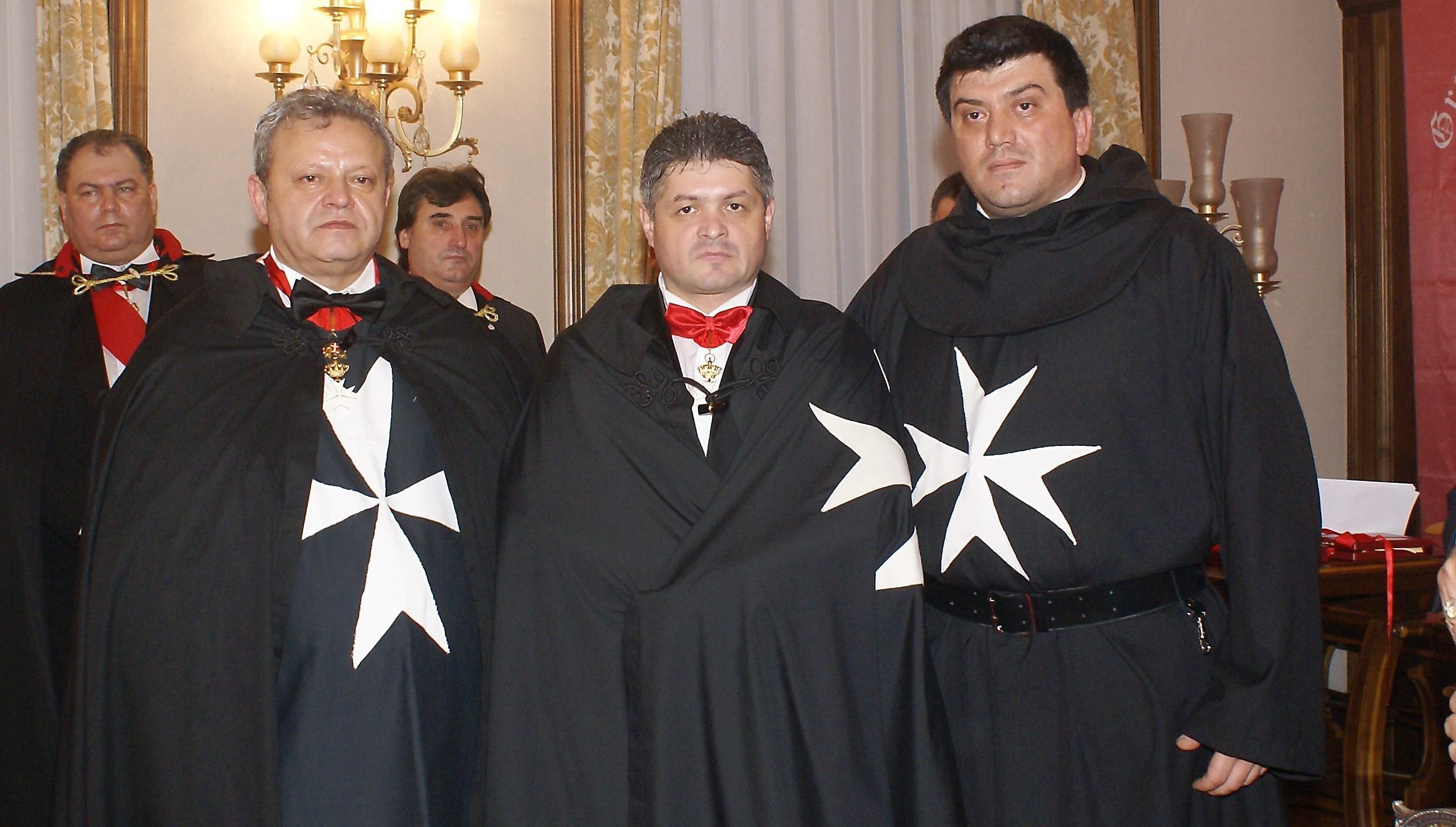 """Iulian Moisescu (stînga) și Florin Secureanu (centru) la ceremonia în care cel de-al doilea a fost """"uns"""" cavaler de Malta"""