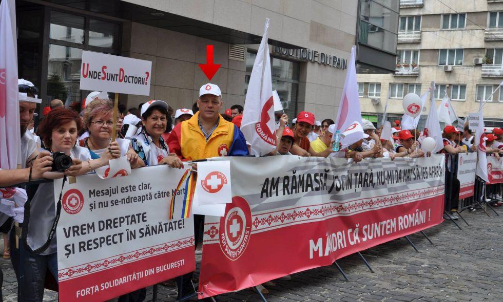 Mircea Ciocan, indicat de săgeată, la un protest Sanitas din 2015; cele din 2016 au avut legătură cu PSD Foto: Facebook / Mircea Ciocan