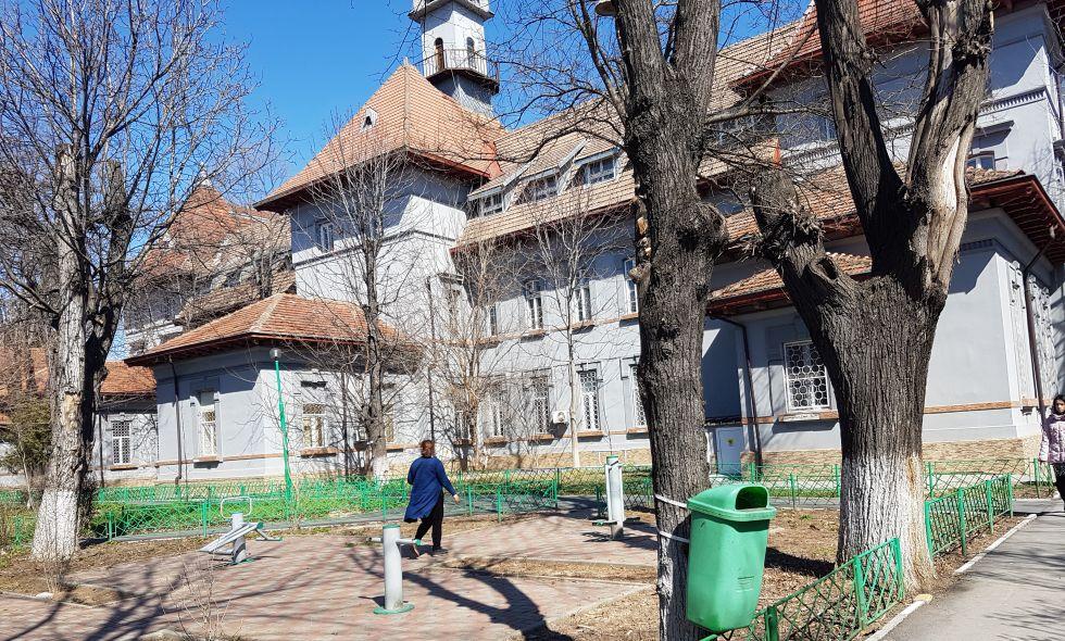 Așa arăta ieri o parte a Spitalului Obregia, cu pavilionul central în fundal și un loc în care bolnavii pot face sport în aer liber