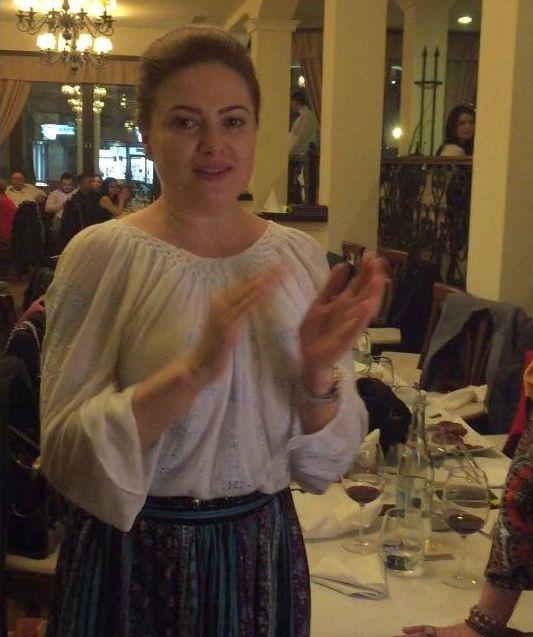 Monica Boer, la o petrecere, îmbrăcată în port popular