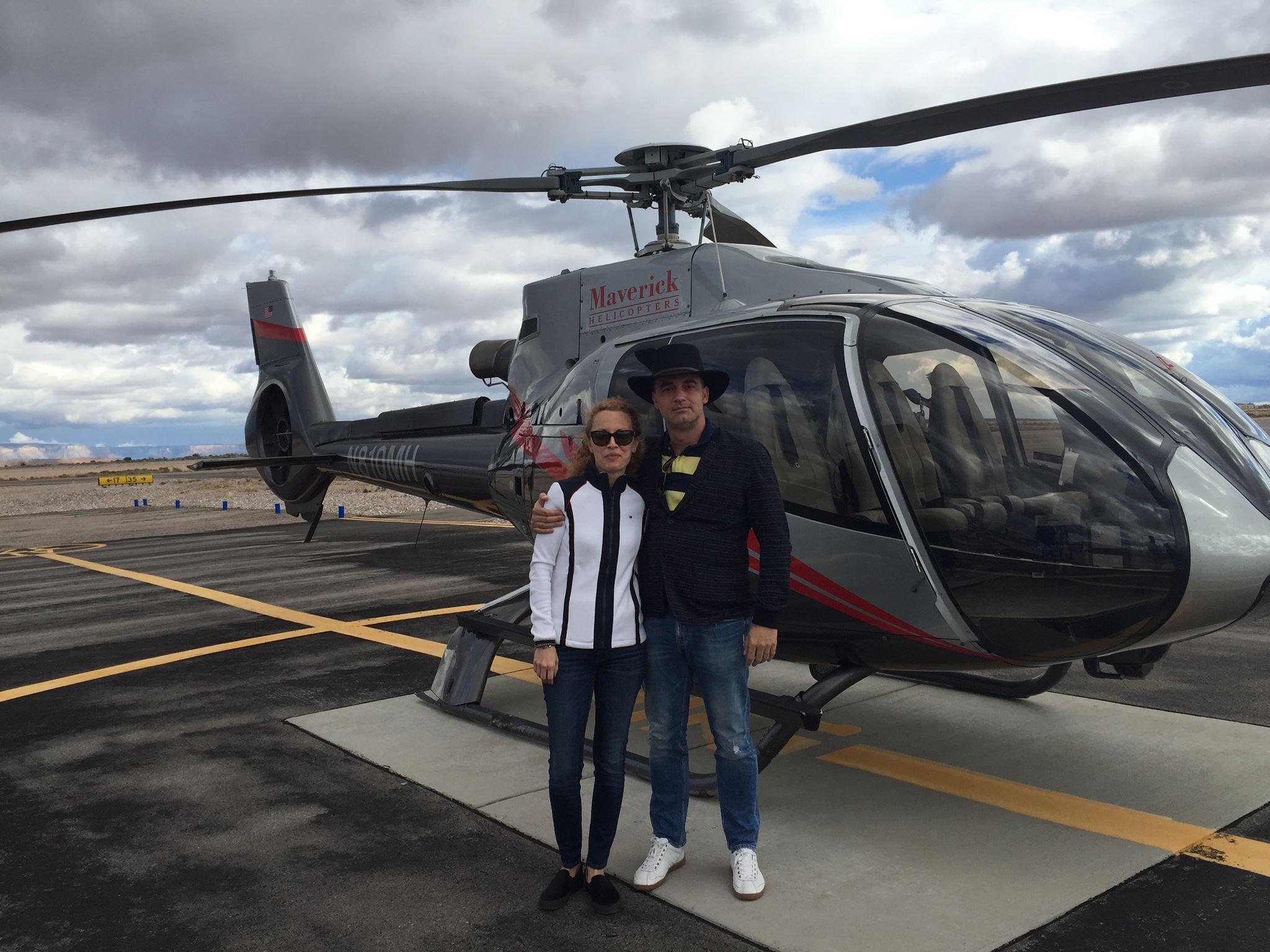 Tot în SUA, Alexandru (dreapta) și soția sa, Cornelia, au văzut Nevada de sus dintr-un elicopter al Maverick. Prețul unui tur se apropie de 500 de dolari