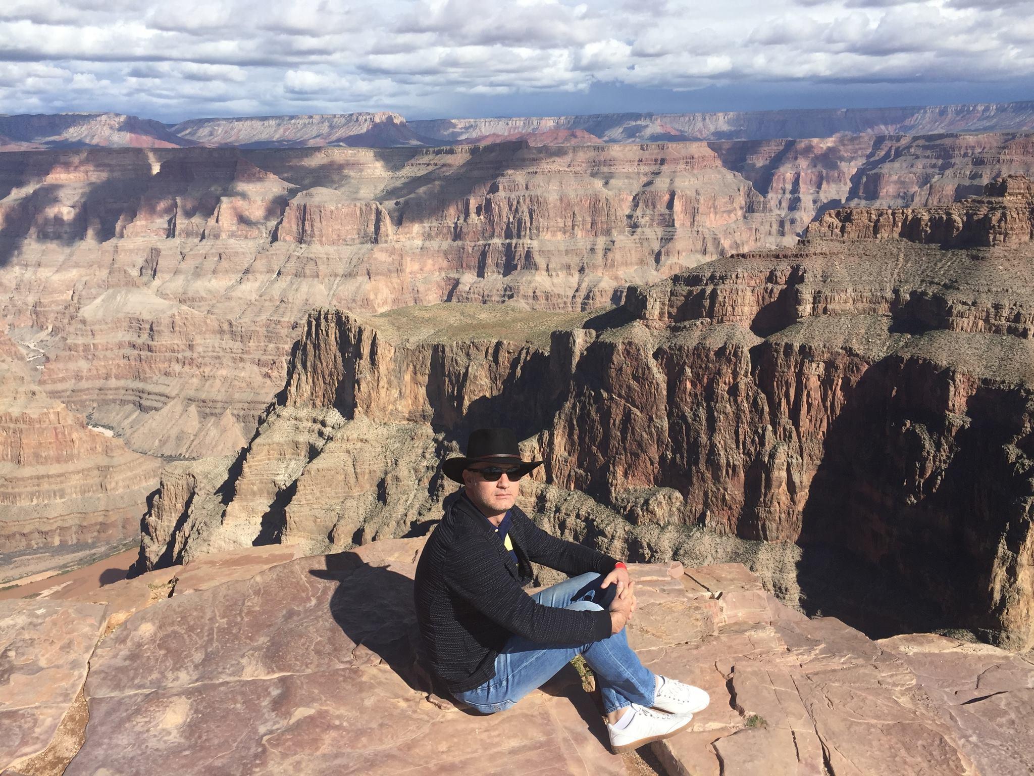 Alexandru Bunea, privind de sus Marele Canion într-un tur al Americii făcut în 2015