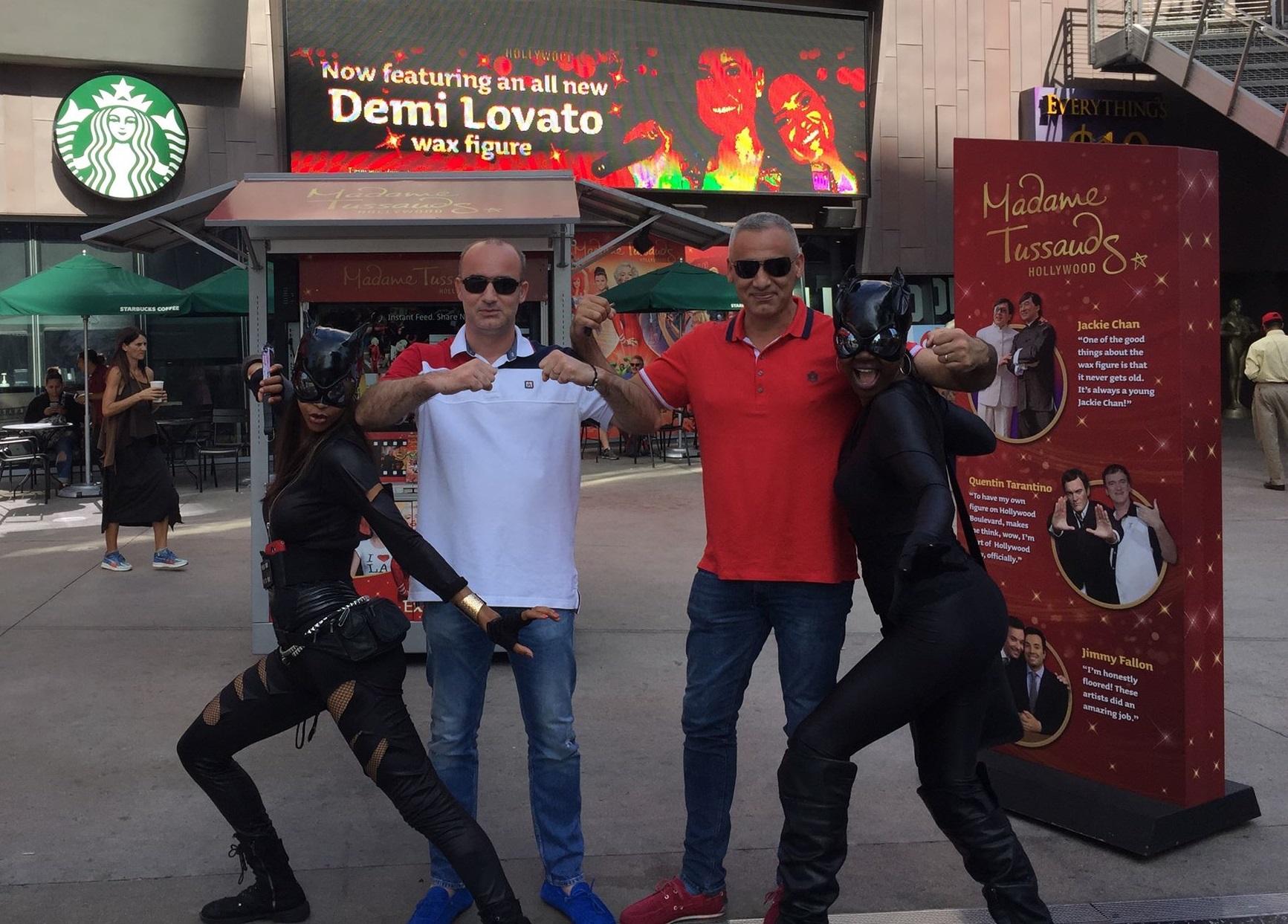 """Alexandru Bunea (stânga) și Traian (dreapta), frați și șefii Terra Gaz Construct, în America, alături de două """"catwoman"""" într-o vacanță la Hollywood"""