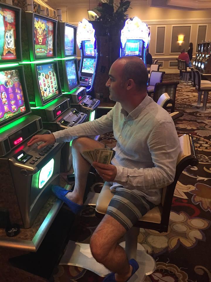 """Alexandru Bunea (aici în Las Vegas, jucând la """"păcănele"""" cu teancul de dolari în mână) și nici ceilalți șefi Terra Gaz nu au putut fi contactați"""