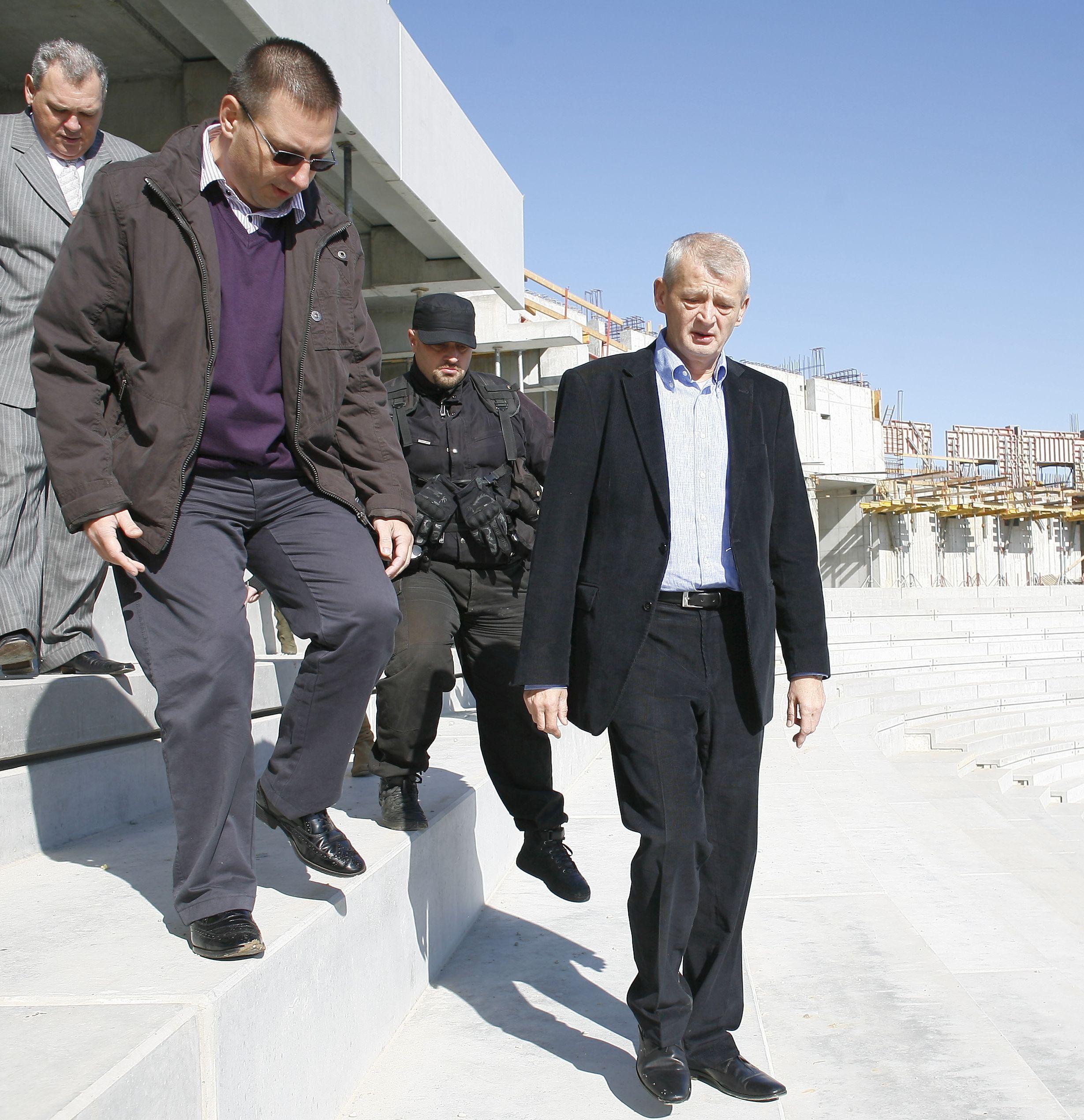 Sorin Oprescu (dreapta) și Bogdan Hreapcă (stânga) în vizită la stadionul Național, în vremea în care colaborau la primărie, 2009