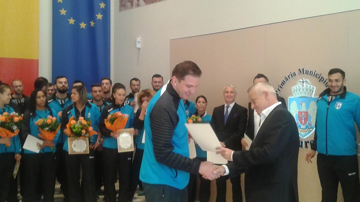 Sorin Oprescu (în centru) la o premiere a handbalistelor de la CSM București