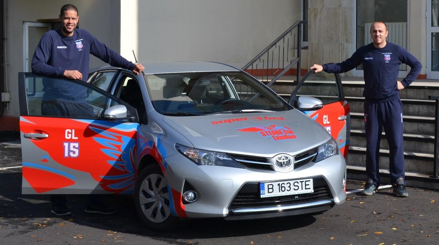 Gerald Lee (stânga) și Marko Marinovici, jucători ai CSM Steaua în 2015, alături de una dintre mașinile Toyota / foto: steauabaschet.ro