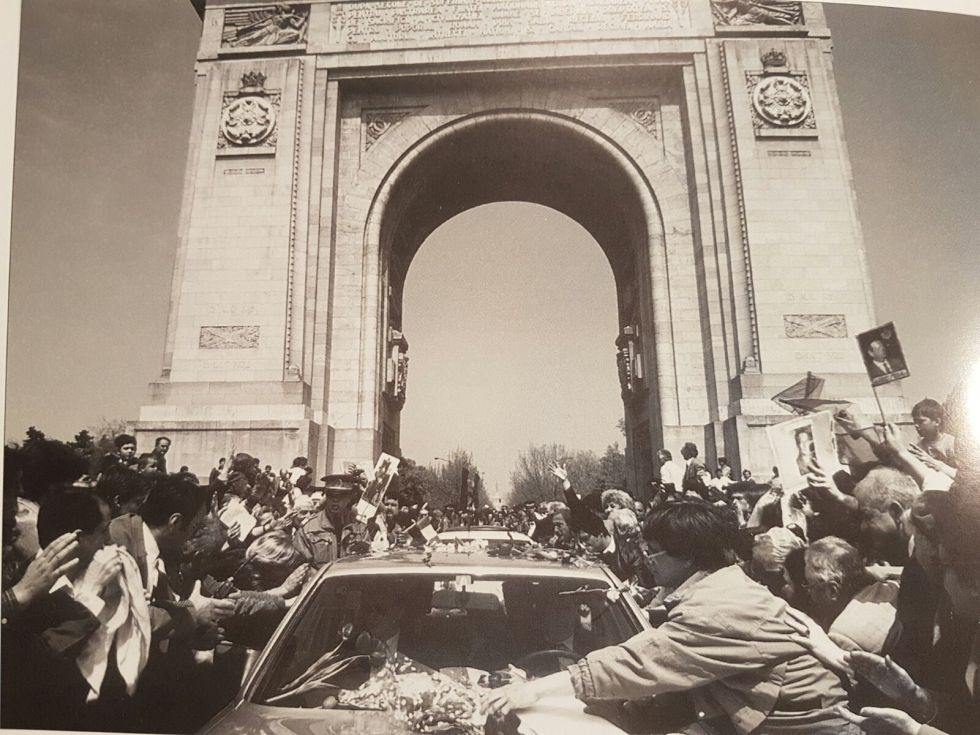 Mașina Regelui întâmpinată de români la Arcul de Triumf, Sărbătoarea Paștilor 1992