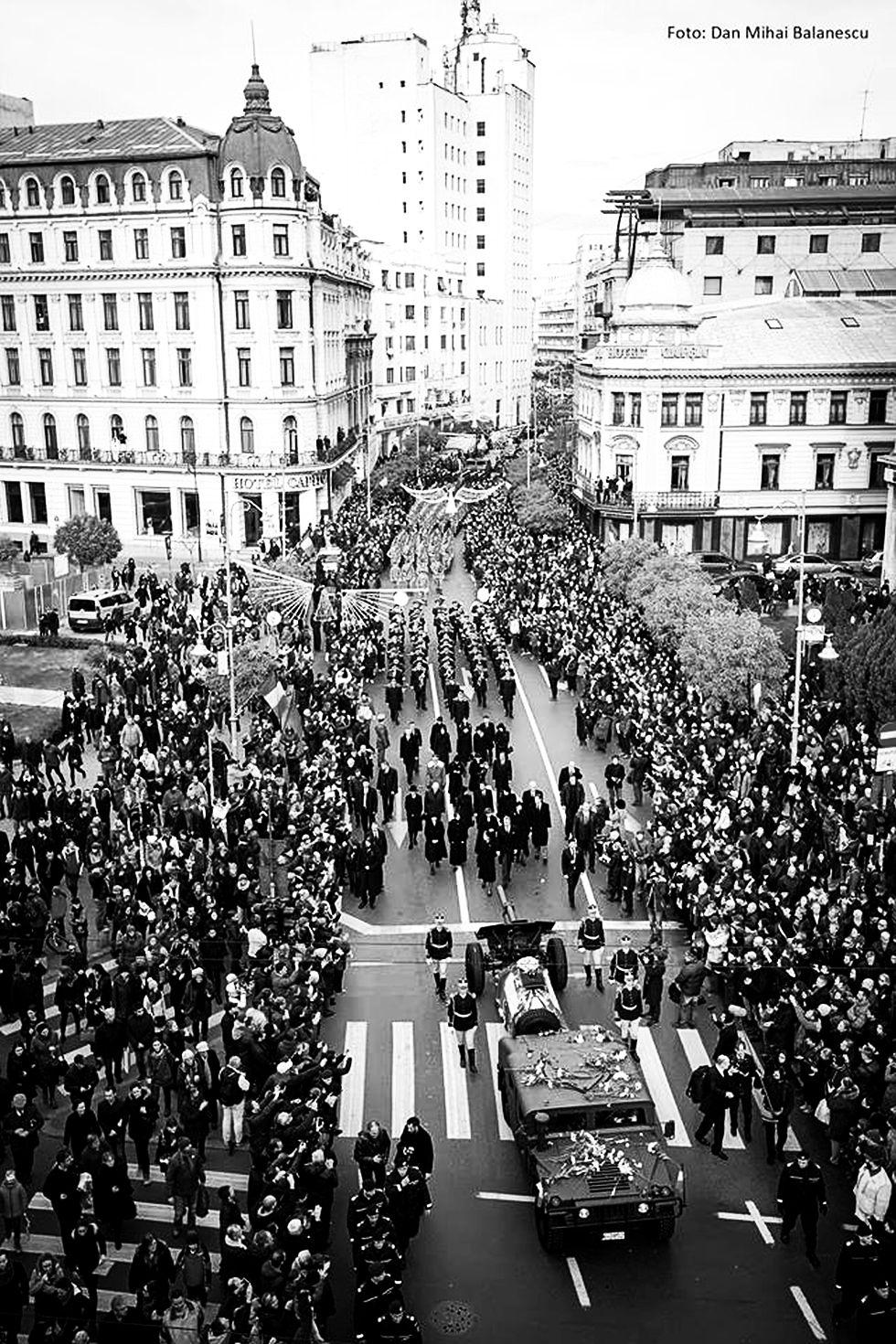 Virată în alb și negru, această fotografie a lui Dan Mihai Bălănescu arată ca o procesiune din Bucureștiul interbelic