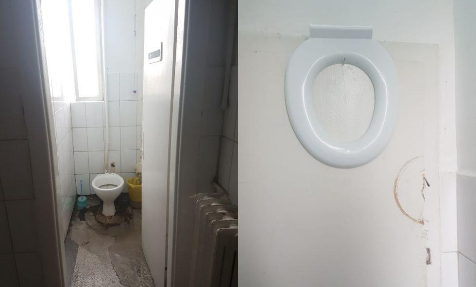 Toaletele cu capacul de la WC care este atârnat sus pe ușă, ca să fie folosit pe rând.