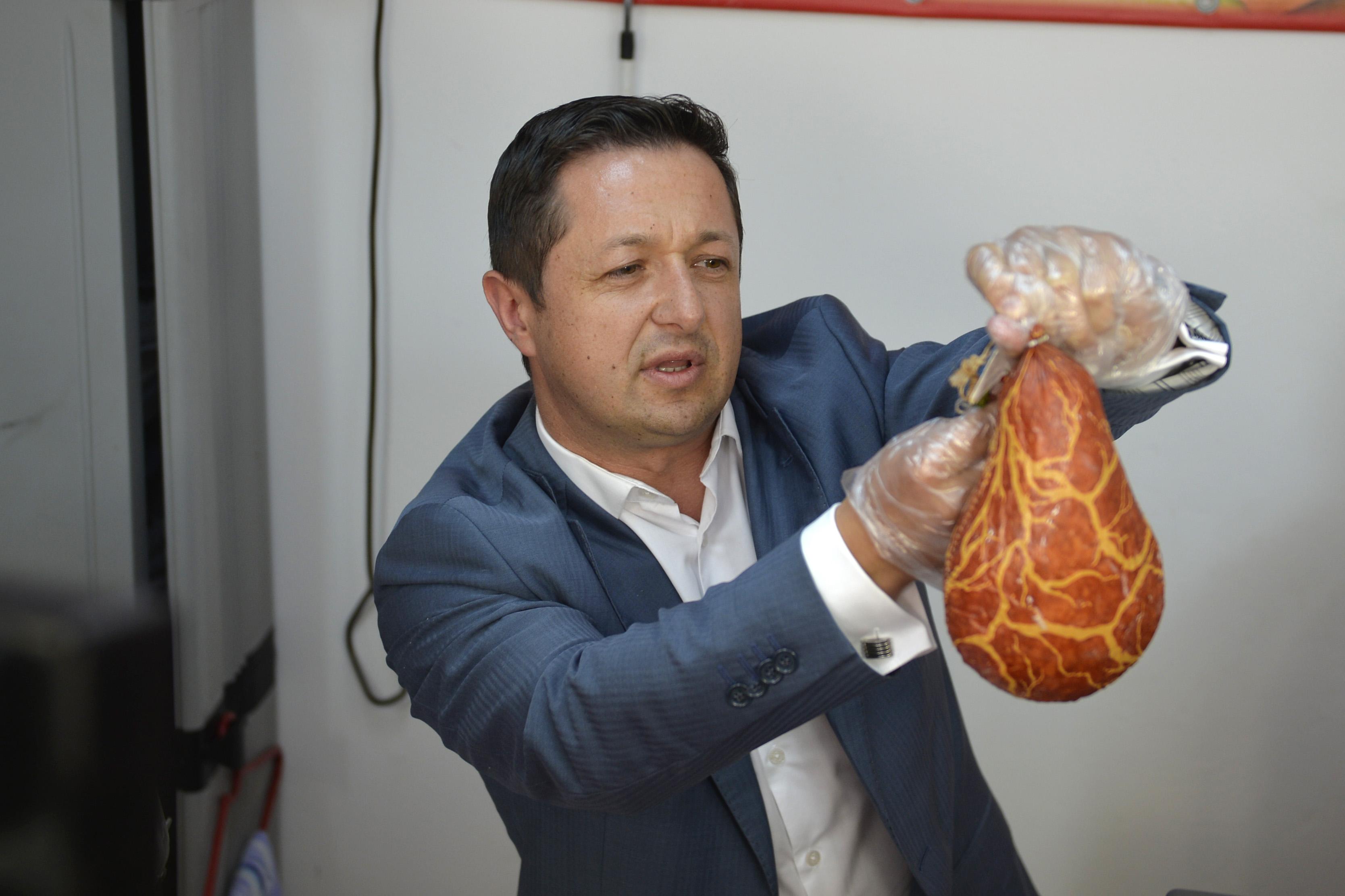 Marius Dunca pe vremea când era șeful Protecției Consumatorilor și făcea vizite în piețe, însoțit de televiziuni. Dunca a fost în noiembrie 2015 primul oficial demis după catastrofa de la Colectiv, chiar de către premierul Victor Ponta.