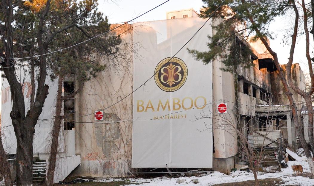 Hotelul dezafectat și neterminat, lipit de Bamboo, fotografiat chiar ieri: are bulină roșie, intrările blocate și e acoperit cu prelate cu denumirea clubului. FOTO Raed Krishan