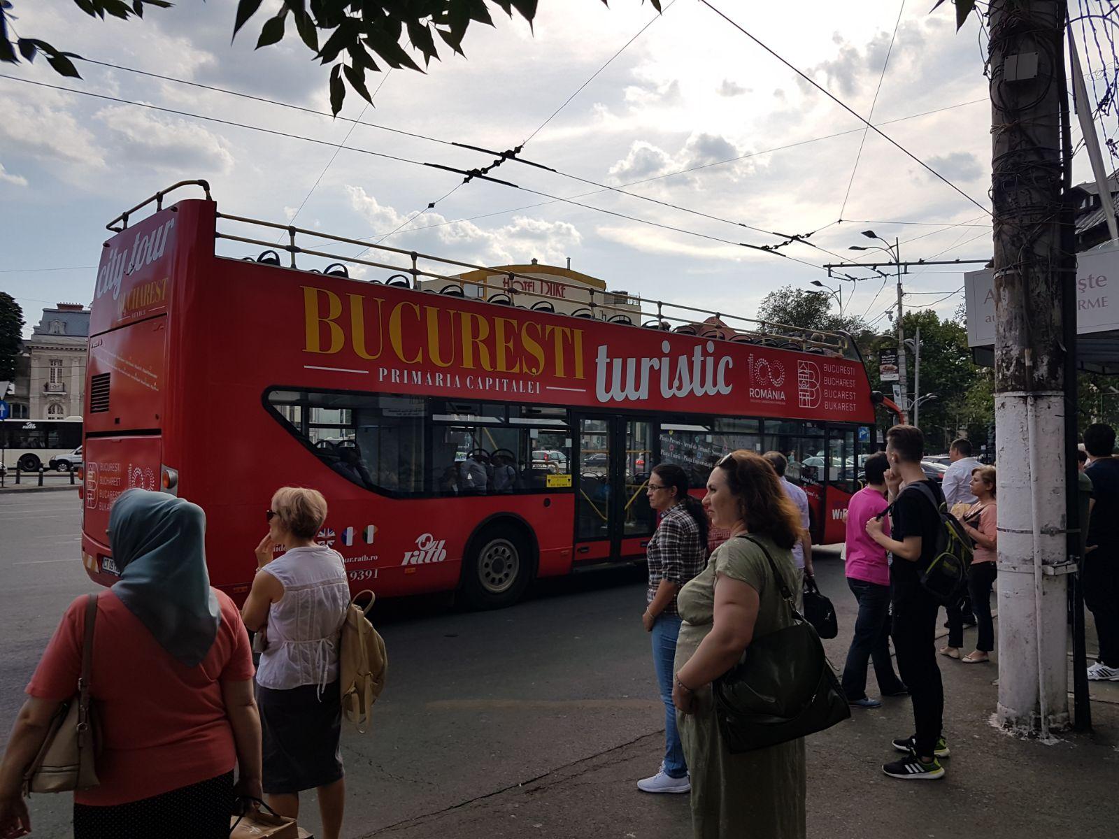 Acum câteva minute, în Piața Romană, un bus turistic