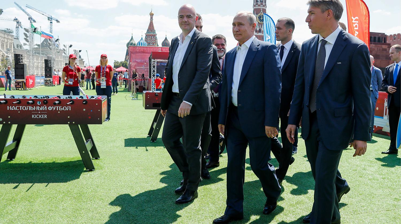 De la stânga la dreapta: Gianni Infantino, Vladimir Putin și Aleksei Sorokin, în Piața Roșie, pe timpul World Cup 2018. Foto: Gazeta.ru