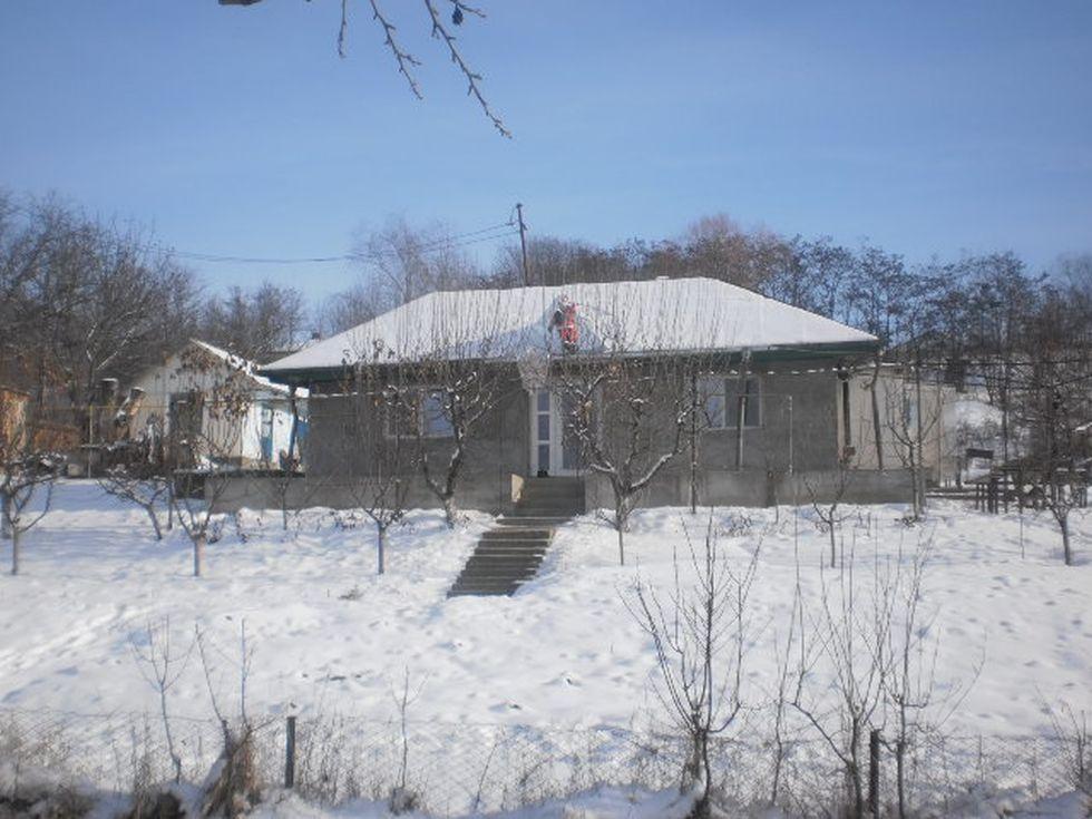 Casa modestă a familiei Olariu. Geamul camerei Anei este cel din partea stângă