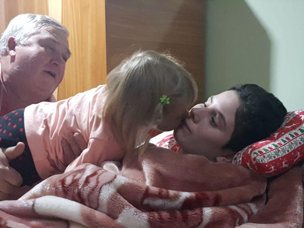 Fănică își ridică nepoata, pe Delia, fiica Irinei, ca să o pupe pe Ana