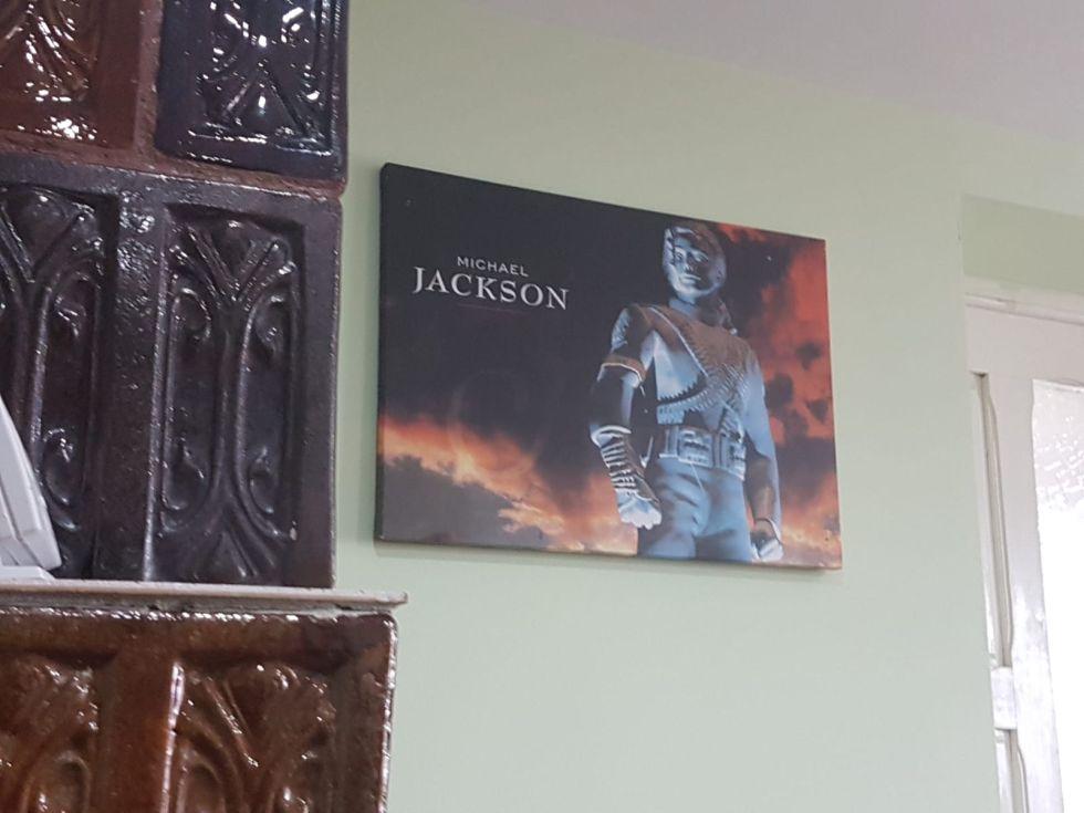 Posterul cu Michael Jackson din fața patului unde stă Ana. Pe muzica lui a învățat să danseze