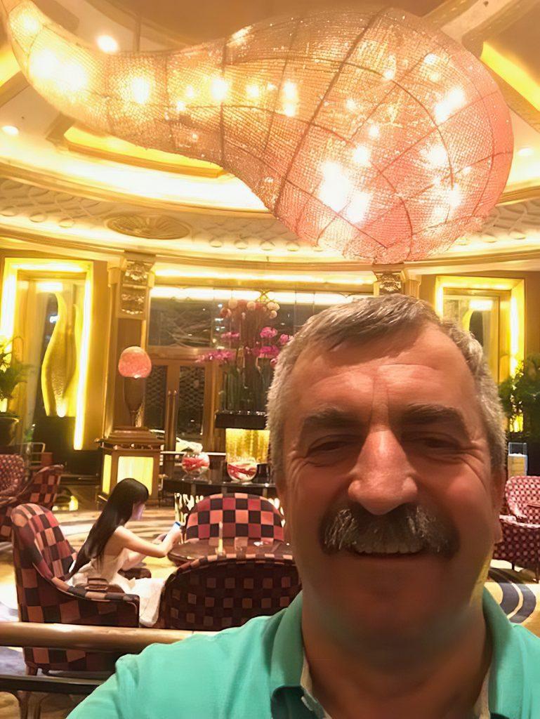 Gheorghe Chindirș, directorul Cupru Min, selfie relaxat din Asia
