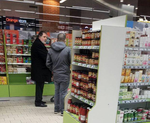 Claudiu Georgescu l-a dus pe IT-ist în zona raionului cu produse bio, ca să fie mai feriți de aglomerația din centrul comercial