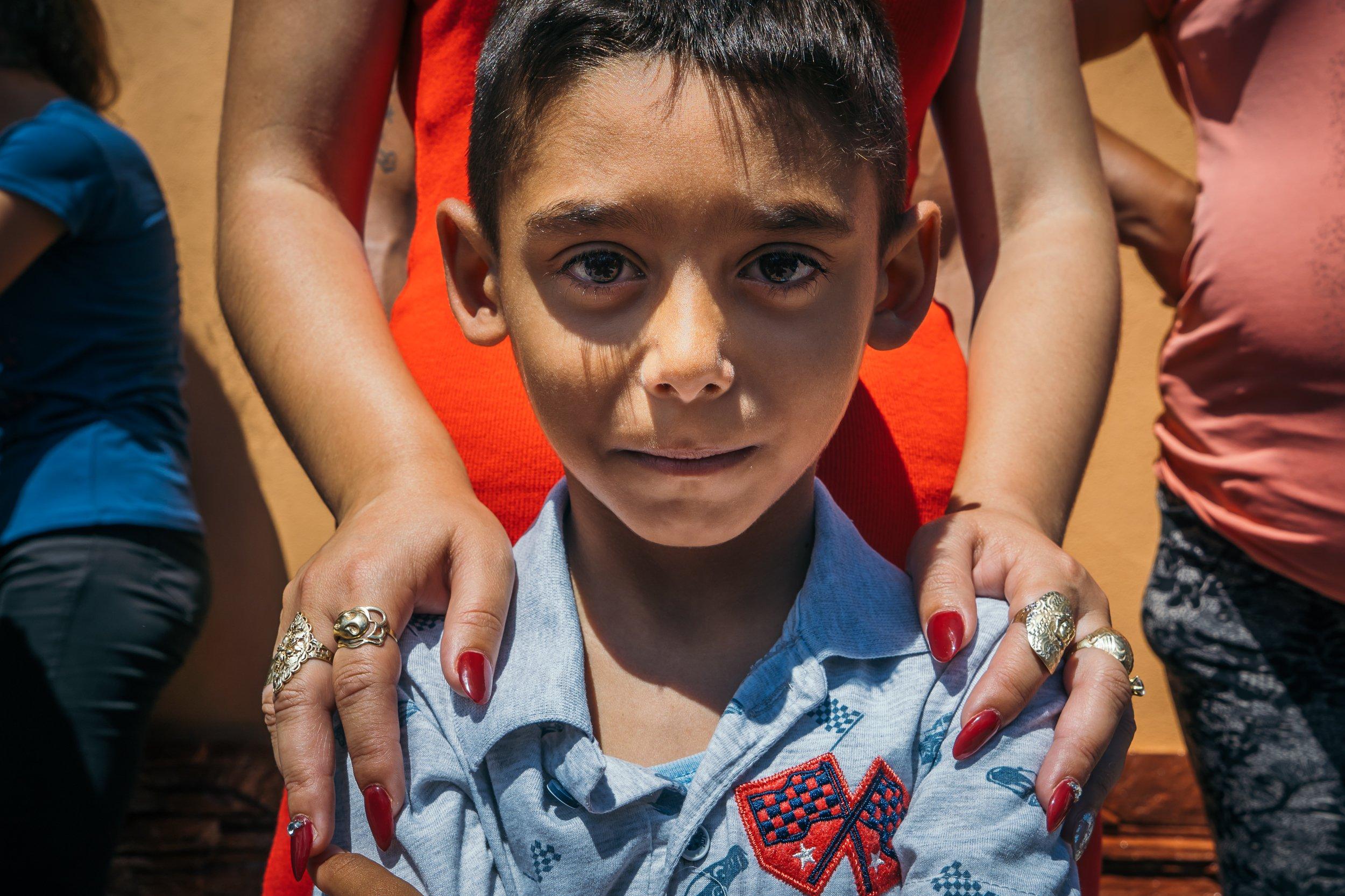 Un copil pozează pentru un portret în timpul vizitei Sanctității Sale Papa Francisc în comunitatea de romi din Blaj Foto: Andrei Pungovschi / Documentaria