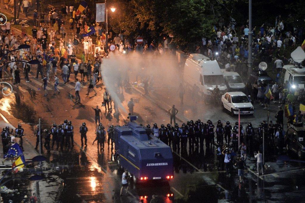 În timpul protestului din 10 august 2018, protestatarii au fost îndepărtați de sediul Guvernului cu tunul cu apa sub presiune. Foto: Hepta