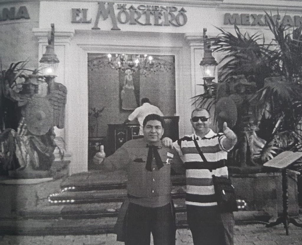 Conversations recorded by DIOCT Craiova indicate that the Romanian networks worked hand in hand with the Mexican ones. Filip Sărdaru (right), one of the clan leaders, poses next to a Mexican citizen