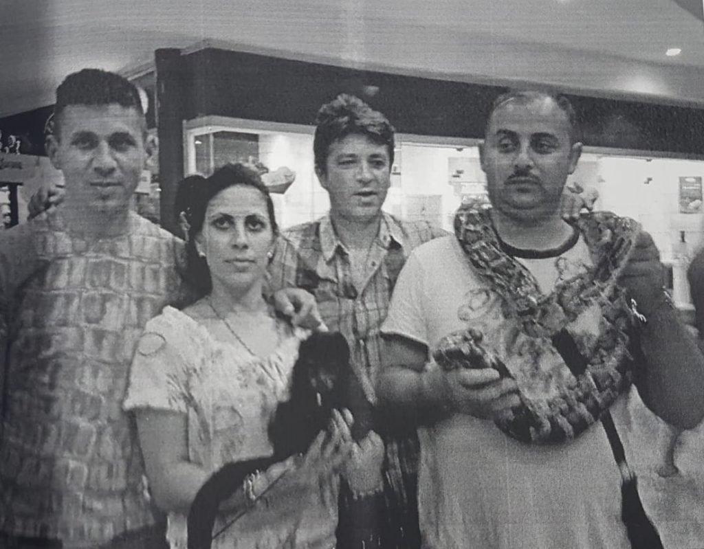 Filip Sărdaru (primul din dreapta), șefului unuia dintre clanurile de traficanți, s-a pozat în Mexic cu un șarpe încolăcit în jurul gâtului