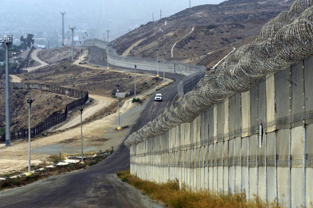 Un vehicul al poliției americane de frontieră patrulează pe lângă gardul care separă Colonia Libertad din Mexic de Statele Unite ale Americii. EPA/MIKE NELSON