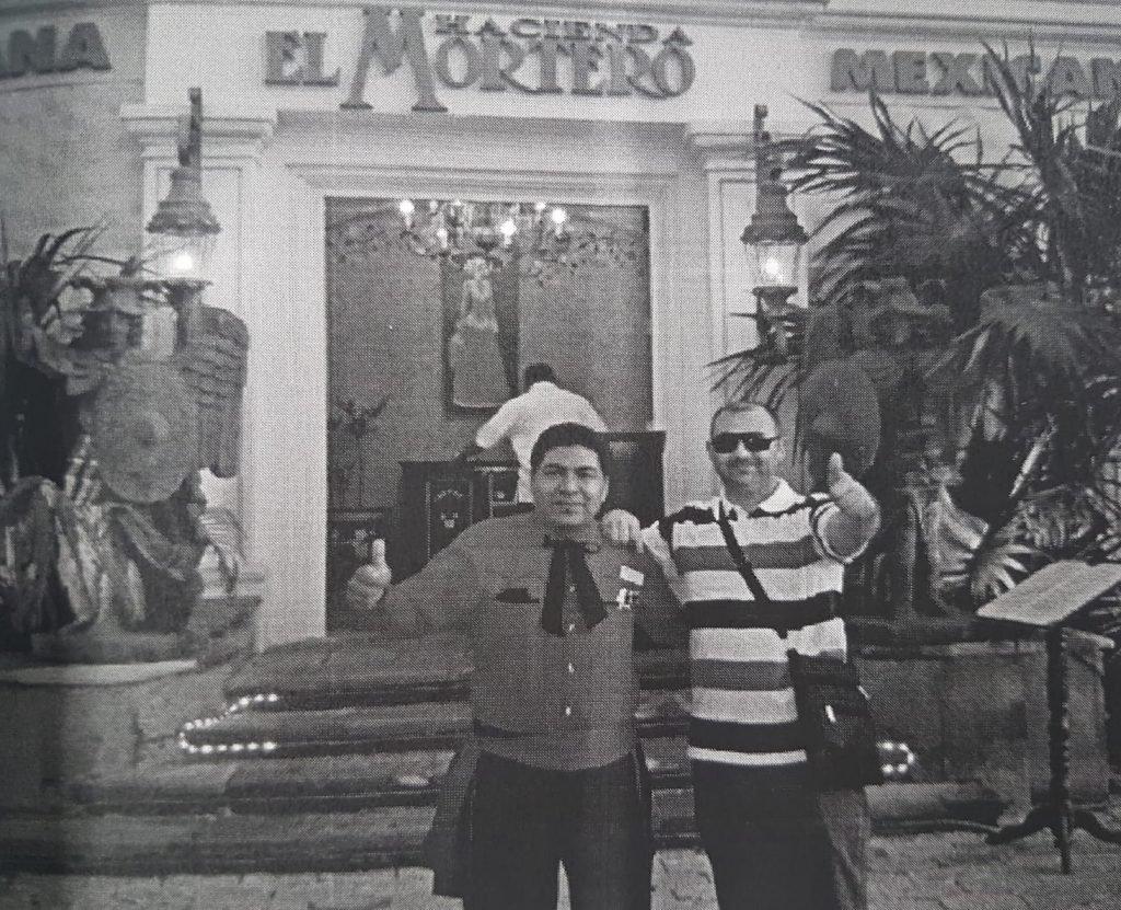 Discuțiile înregistrate de DIICOT Craiova arată că rețelele din România lucrau mână în mână cu cele mexicane. Filip Sărdaru (dreapta), liderul unuia dintre clanuri, într-o poză în Mexic, alături de un cetățean mexican