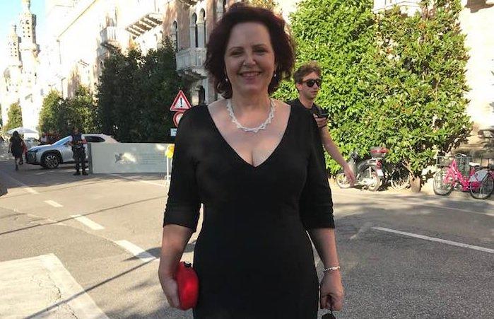 Hanka Kastelicova, șefa de producție a documentarelor HBO pentru Europa, a postat pe Facebook o fotografie cu ea chiar după premiera de la Veneția