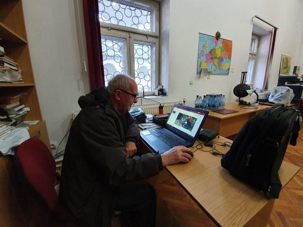 Profesorul Marin Cârciumaru le arată reporterilor Libertatea filmul descoperii regizate