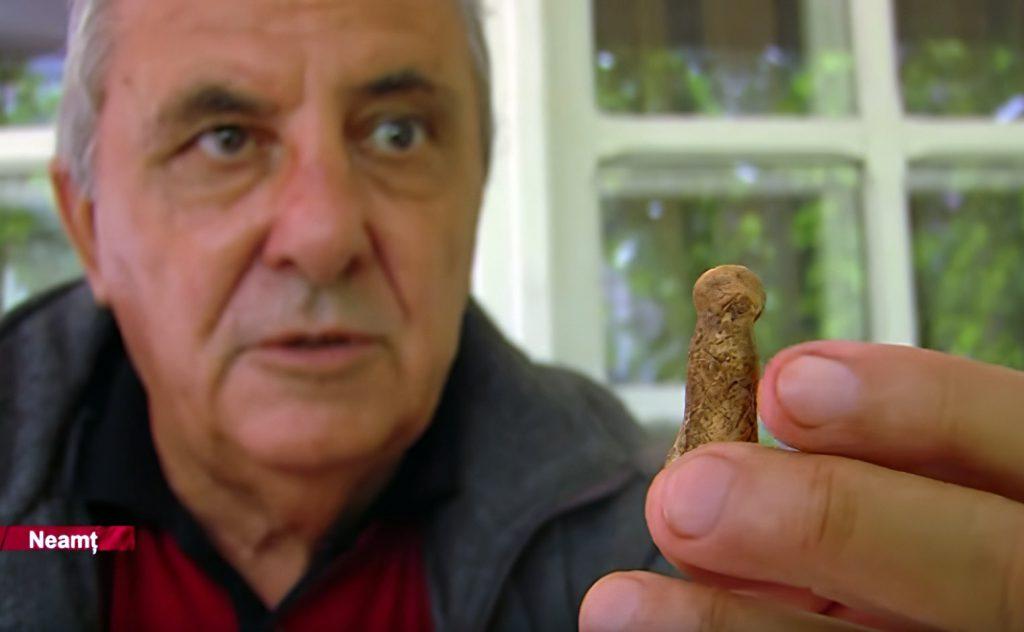 """Profesorul Cârciumaru prezenta, în 2014, un fragment de statuetă, prima sa descoperire de tip """"Venus"""""""