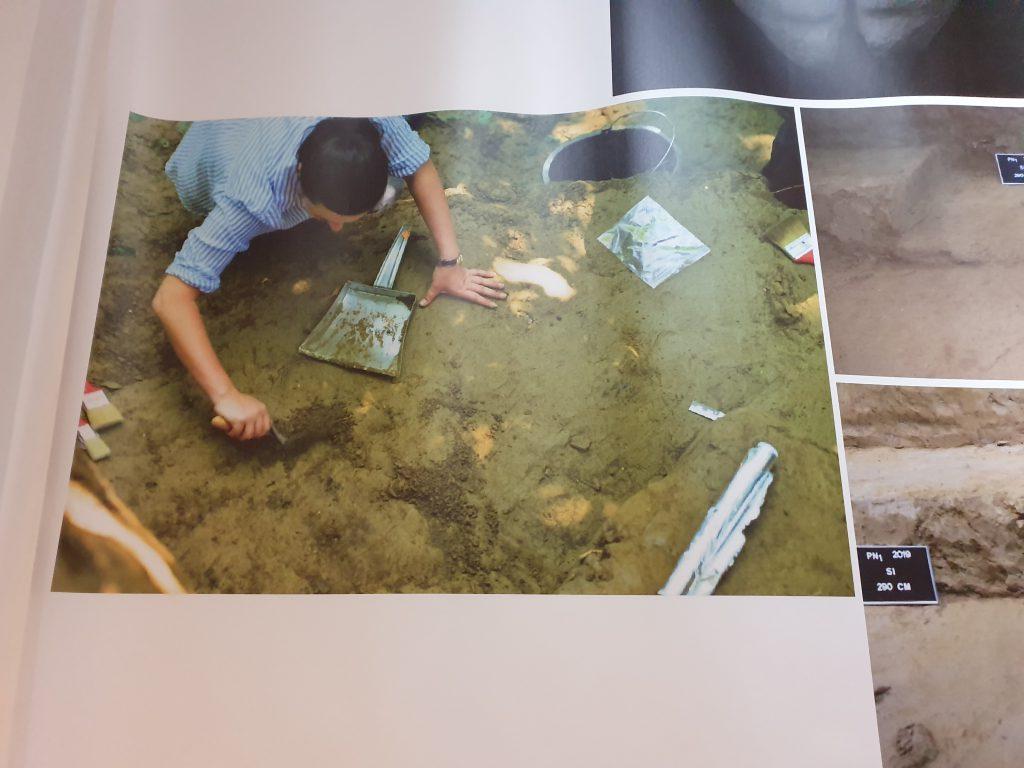 Imagini de la descoperirea regizată, în care se vede folia de aluminiu