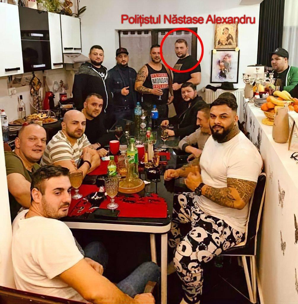 Una dintre fotografiile de sâmbătă a aratat o adunare a clanului, unde, în picioare, apare și polițistul local Alexandru Năstase, în civil.