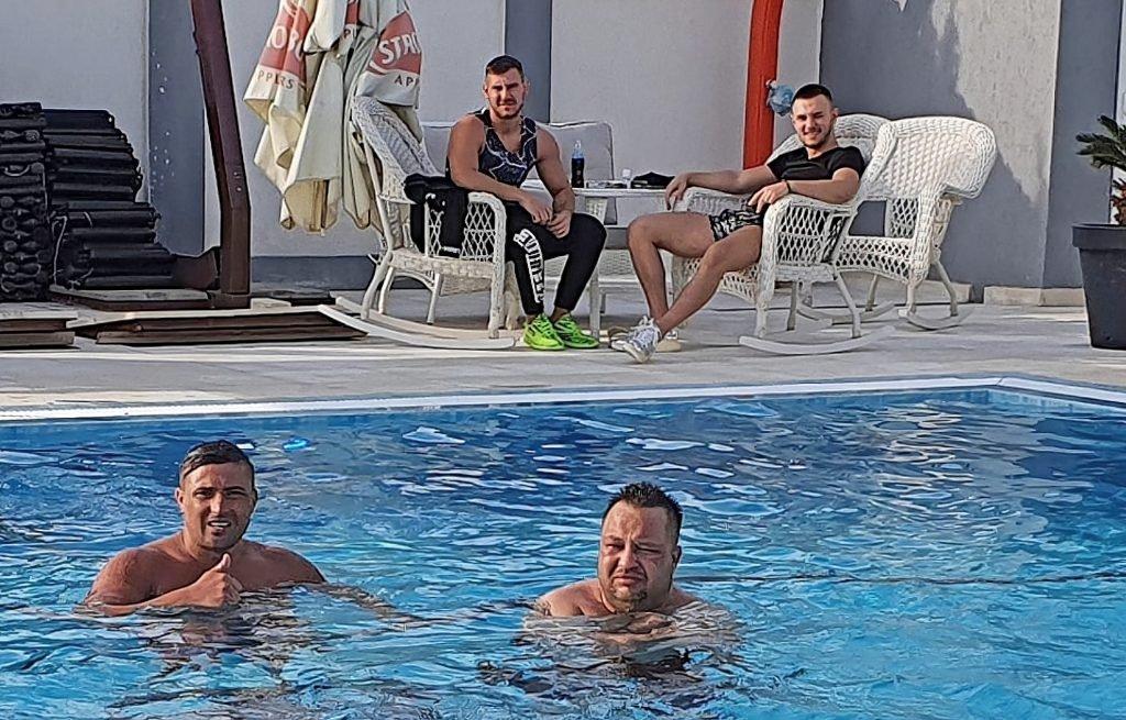 Antonio Goleac, stânga sus, cu încălțăminte verde, și Robert Nica, dreapta jos, în piscină