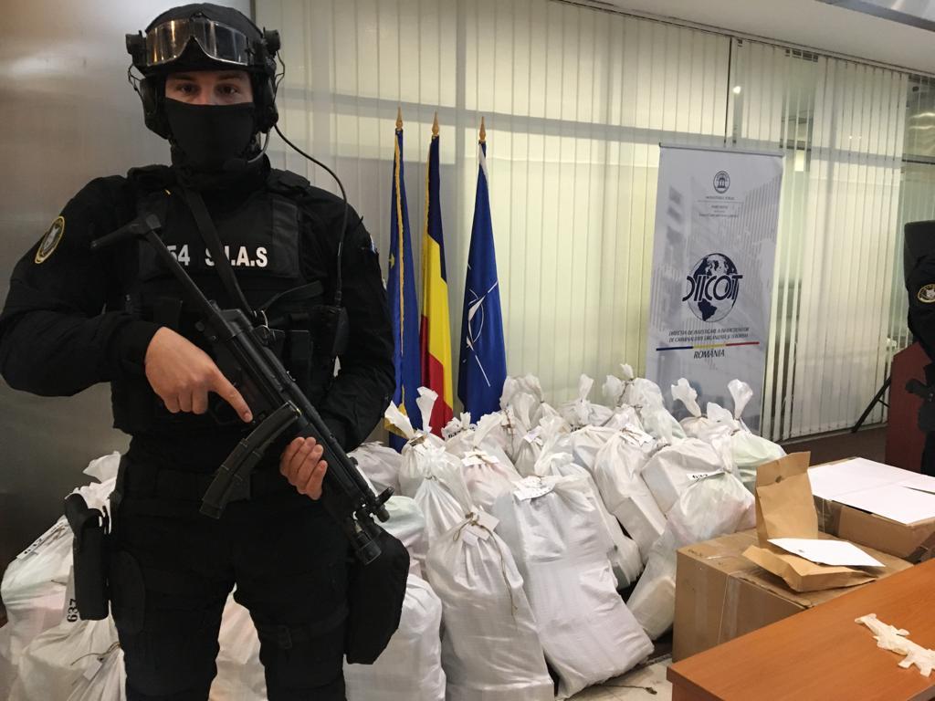 Drogurile au fost găsite într-o șalupă abandonată în Delta Dunării și aduse apoi la sediul DIICOT   Foto: Hepta