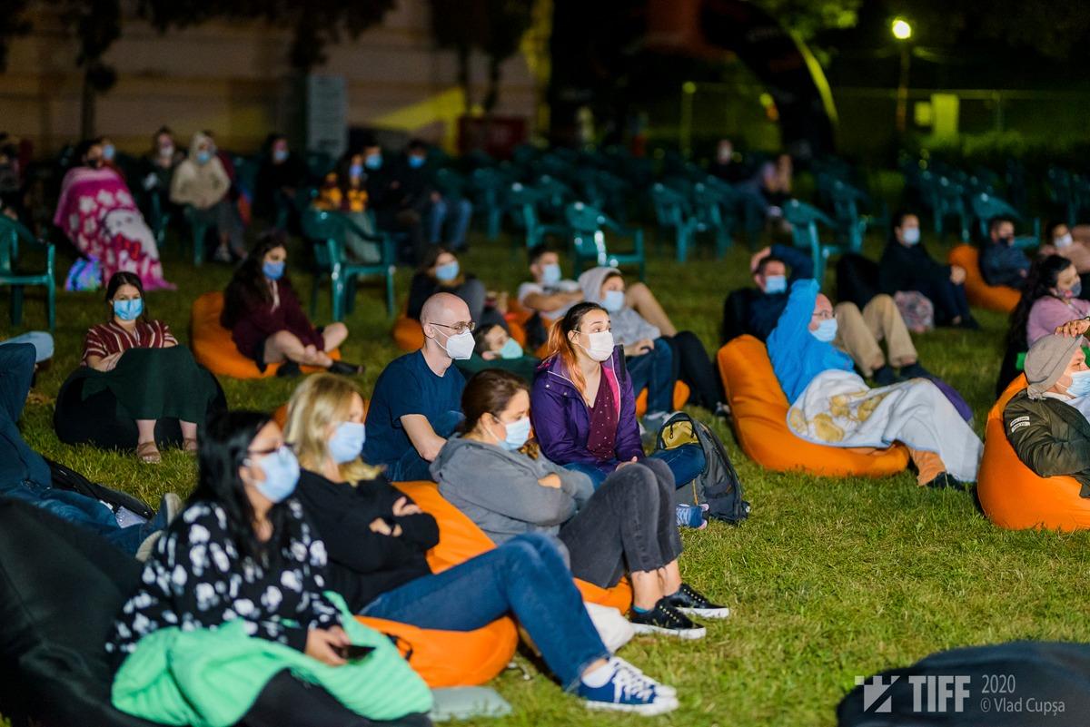 """Proiecția Colectiv, 7 august 2020, Festivalul Internațional de Film Transilvania. (foto Vlad Cupșa). Publicul a purtat măști la toate spectacolele, chiar dacă derulate în aer liber și în condiții de distanță între scaune sau """"pufuri"""" Fotografii: Vlad Cupșa (TIFF)"""