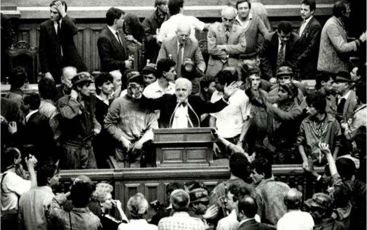 Fotografia emblematică din 26 septembrie 1991, cu Ion Rațiu la tribuna Parlamentului, înconjurat de mineri