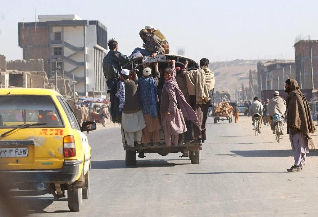 2002: Kabul cu puține mașini, câteva sute funcționale. Numărul lor a ajuns astăzi la peste 800.000, conform statisticilor oficiale. Foto: Cristi Preda