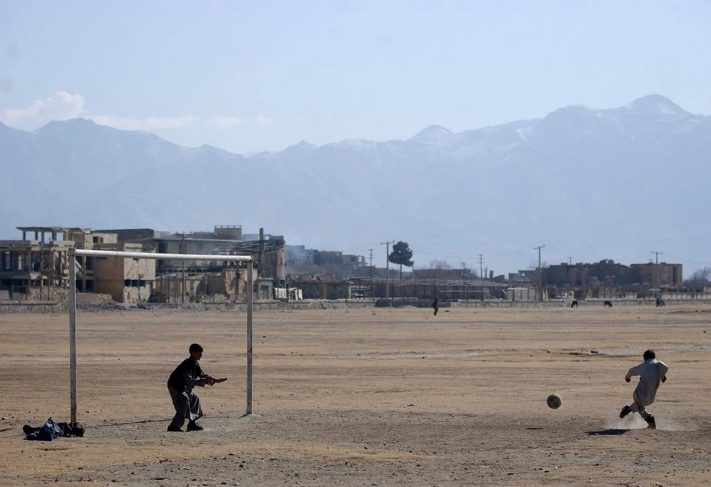 2002: Când talibanii au plecat, unul dintre primele lucruri făcute de tineri a fost revenirea pe terenul de fotbal, sport interzis de talibani. Foto: Cristi Preda