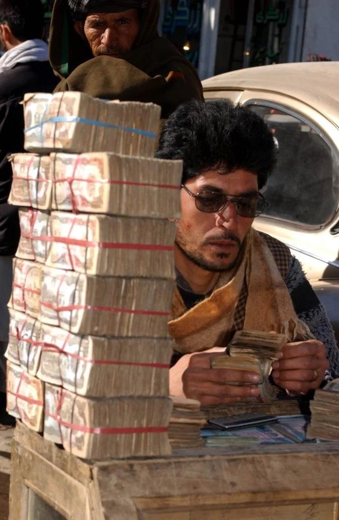 2002: Dezastrul economic din cei 6 ani de guvernare a talibanilor dusese inflația din Afganistan la cote imposibil de gestionat. Cumpărai o pâine cu un teanc de bani. Foto: Cristi Preda